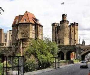 Istana Tertua The Black Gate