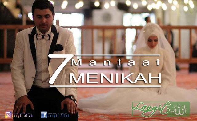 insan yang tanpa merasa aib melaksanakan perbuatan zina bahkan hingga dilakukan di depan  7 Manfaat Menikah Dalam Pandangan Islam