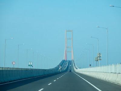 Surabaya ialah kota terbesar kedua di Indonesia dan merupakan ibukota Propinsi Jawa Timu 10 Tempat Wisata di Surabaya yang Menarik dan Layak Dikunjungi