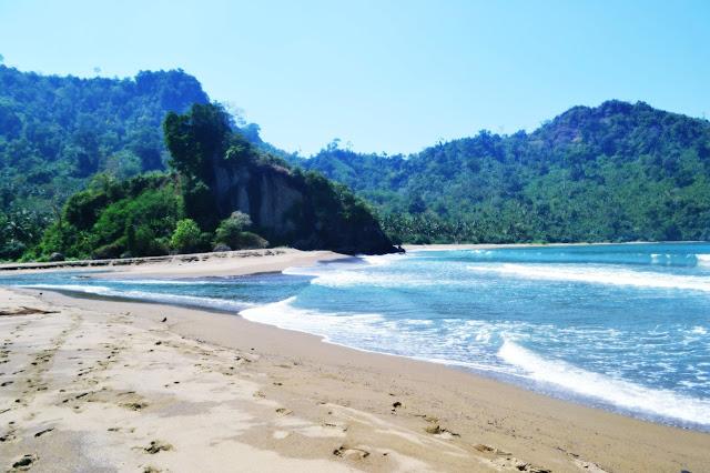 ada satu pesona alam di balik tebing yang harus Anda saksikan dan wajib Anda temukan Wisata Pantai Si Pelot, Pantai Tersembunyi Di Balik Tebing Malang