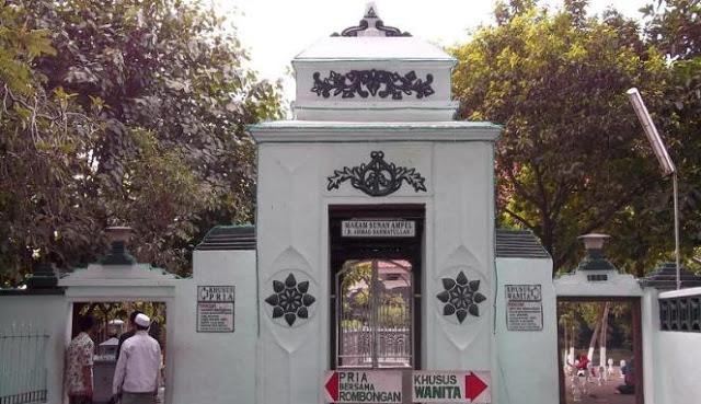 Umat Muslim di Indonesia mempunyai kebiasaan yang unik yaitu bahagia mengunjungi makam oran Makam Sunan Ampel Surabaya, Wisata Ziarah Yang Sering Dikunjungi