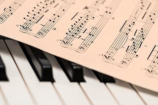 Genre musik ialah pengelompokan musik sesuai dengan kemiripannya satu sama lain Pengertian Genre Musik dan Contohnya Lengkap