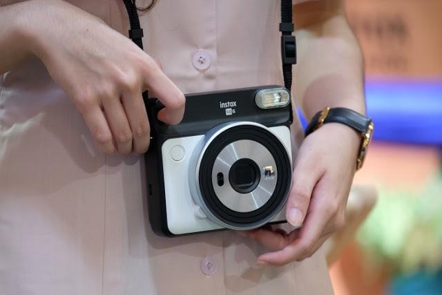 Momen bulan mulia sering diisi dengan berkumpul bersama sobat dan keluarga Kamera Analog Kotak Fujifilm Instax SQ6